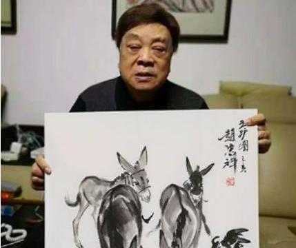 77岁赵忠祥合影眉头紧皱表情严肃,怒斥卖画者:我一律不给做了