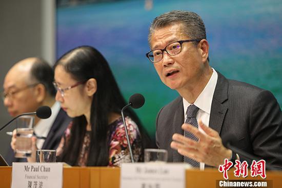 """香港特区财政司长:港经济环境如挂""""三号风球"""""""
