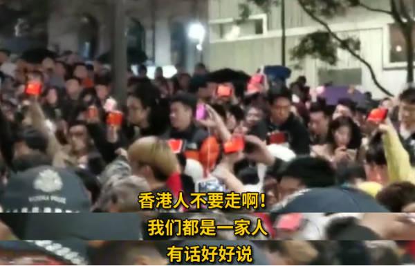 """中國留學生高唱國歌壓制""""港獨"""" 冒雨為國旗撐傘"""