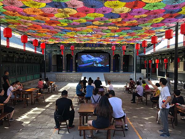 曾经进行书法拍卖等商业活动场所已被布置成游客休息区,不少游客在此休息。