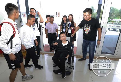 """""""轮椅少年""""焦世栋今日报到入学"""