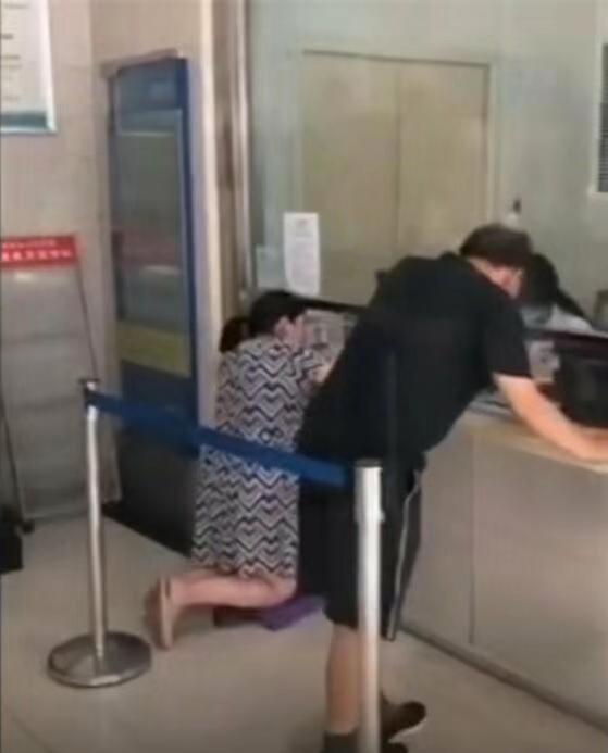 <b>窗口低孕妇跪着就诊?医院:有凳子孕妇不想坐|跪着</b>