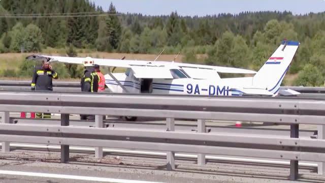 克罗地亚小型飞机技术故障 高速公路紧急降落