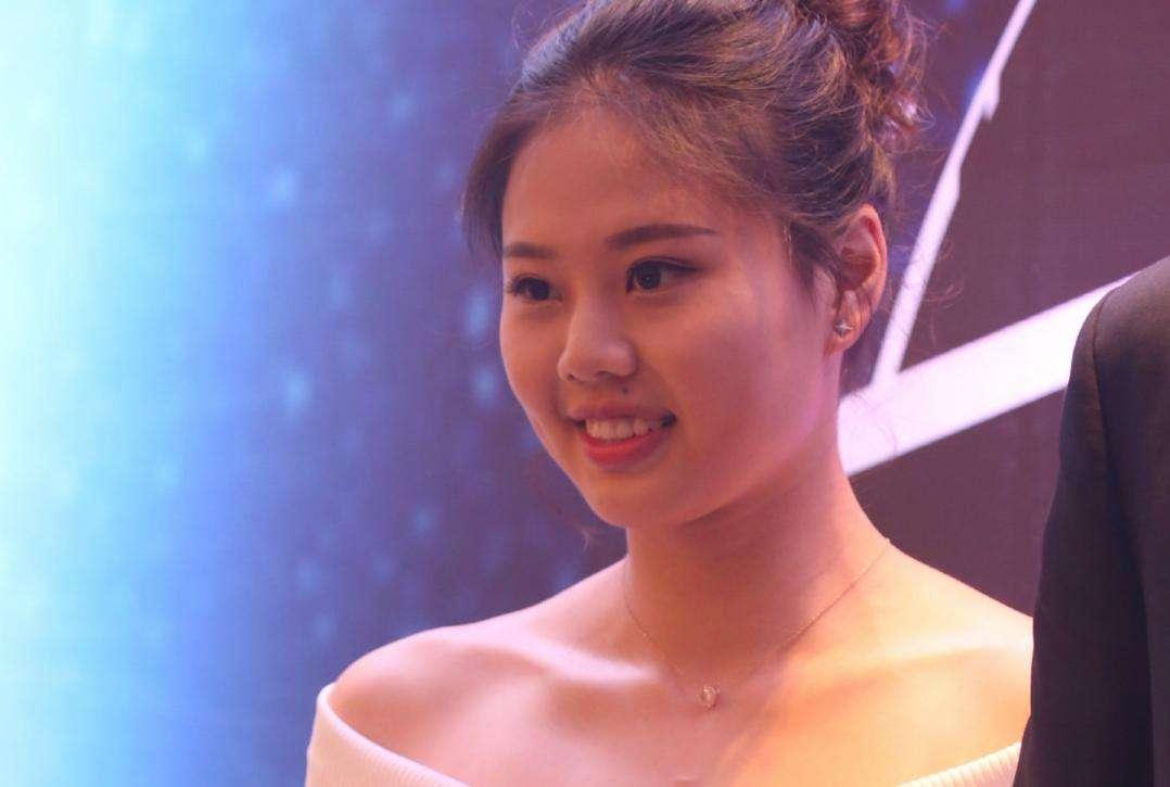 中国女排又有新动向,朱婷亲自现身办理业务,2大国手如影随形
