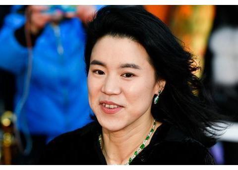 王楠老公郭斌49岁生日,房地产开盘卖十亿,因吃海鲜得痛风