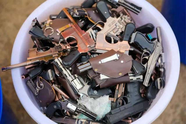 青岛公安集中销毁 189965发弹药,335支枪,5200余把管制刀具