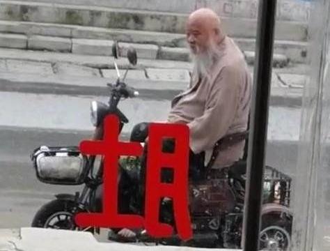 64岁李琦近况曝光。用小三轮代步晚年拮据实际坐拥两辆百万豪车