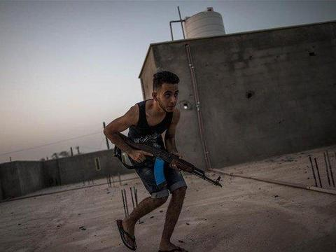 穿着背心拖鞋参加战斗,利比亚人展示好斗本性,让一美梦破灭