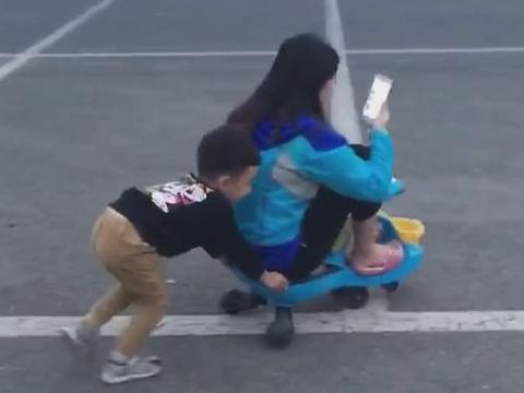 """""""孩子气小姨""""霸占娃的扭扭车,网友:娃真乖,可以抱抱你小姨吗"""
