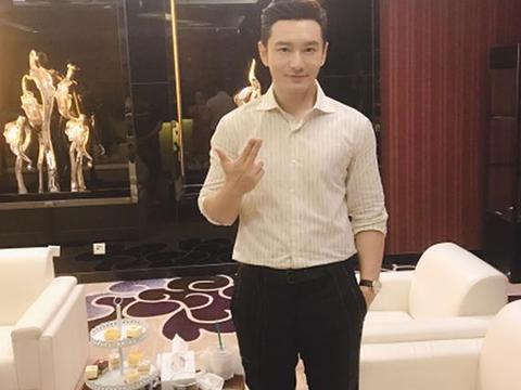 """黄晓明小时候旧照曝光,五官精致像混血儿,还""""撞脸""""杨幂和钱枫"""