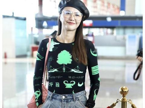 37岁谭维维现身机场,身背粉色双肩包少女心十足