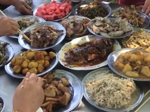 东北农村家族聚餐,大锅菜一锅接着一锅,现做现吃老少抢着吃