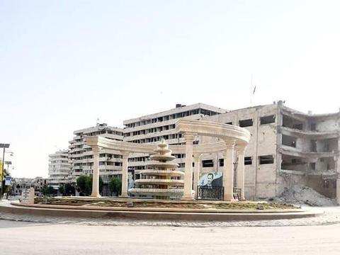 叙利亚最大城市阿勒颇展现新风貌,蓝天白云下的道路很整洁