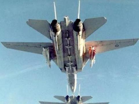 伊朗歼7挂神秘武器亮相,美准航母如临大敌,飞行甲板绑上装甲车
