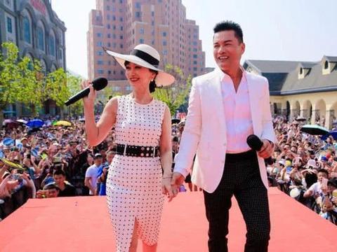 64岁赵雅芝和62岁吕良伟同框现身,《上海滩》播出39年两人不显老
