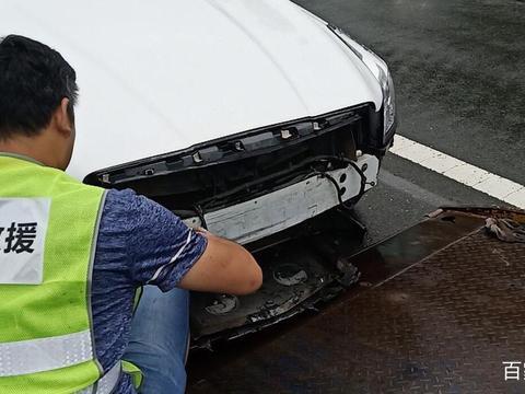 凯迪拉克ATS-L高速路撞击护栏,车主:这防撞梁也太良心了!