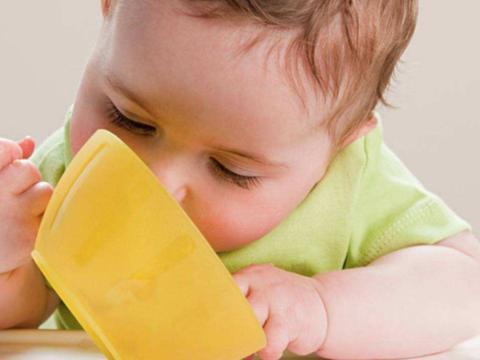 宝宝有这4种表现,或许是过度喂养了,宝妈可别再不当回事了