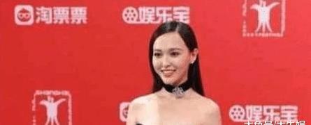 35岁唐嫣撞上36岁柳岩,同是穿礼裙,网友:难道是黑色显瘦?