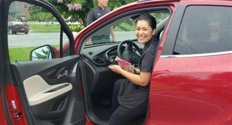 幸运!餐厅女服务员多次细心服务,两名常客送她一辆汽车当小费