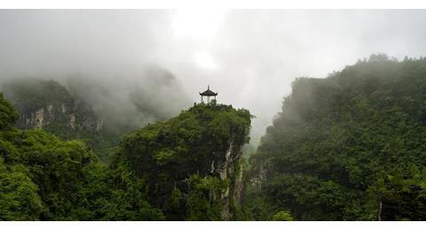 桥面怪石突兀,桥底杂花生树,古洞瀑布飞溅,湖南省新晃仙人桥