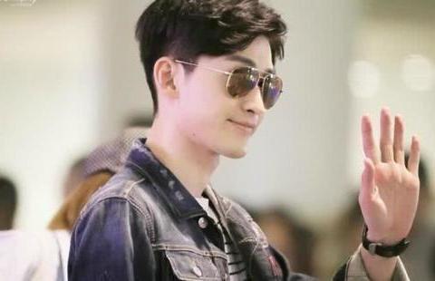 张翰机场偶遇郑爽,谁注意到他对郑爽的称呼?网友:余情未了