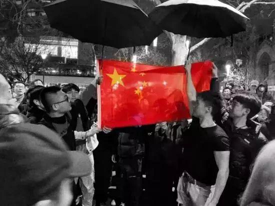 ▲中国留学生自发赶来,将乱港分子团团围住,他们高唱国歌,在雨夜中为国旗撑伞,手机/平板的屏幕上的国旗分外耀眼 (图via网络)