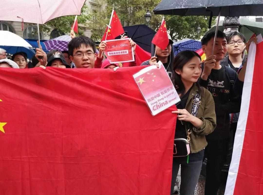 ▲爱国爱港人士手持国旗高唱国歌,抵制香港激进示威者的宣传 (图via网络)