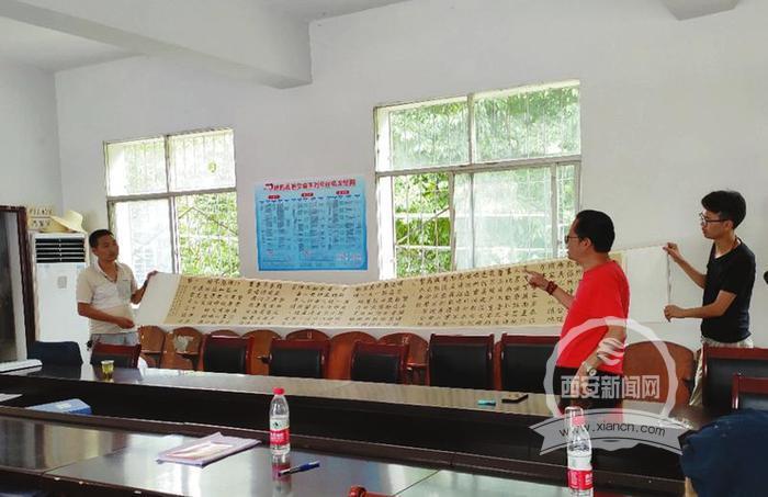 略阳县书法家协会向金池院村捐献六米长卷《村规民约》