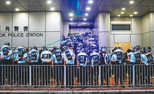 <b>黑衣人旺角等地闹事挑衅警署 被香港警察果断驱散|旺角|黑衣人</b>