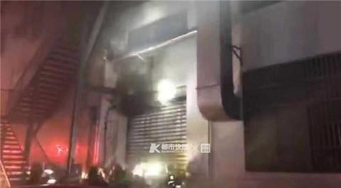 突发!滨江特斯拉修理厂今晨发生火灾 一辆特斯拉小轿车引擎盖下方冒出明火