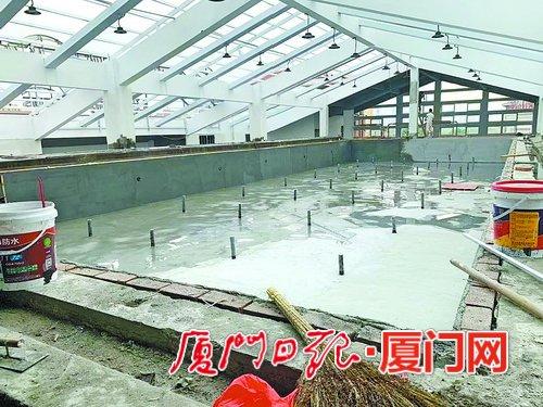 健身房承诺泳池五月开放拖到八月还没铺砖 市场监管部门介入