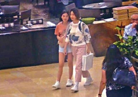 关咏荷和女儿逛街,13岁女儿大长腿抢镜