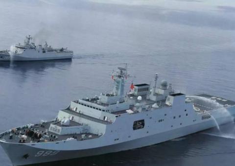 中国军舰遭44艘海盗船围攻,舰长迅速派出直升机