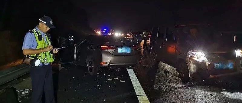 高速上超车撞护栏后又被追尾 行车记录仪拍下惊魂一幕