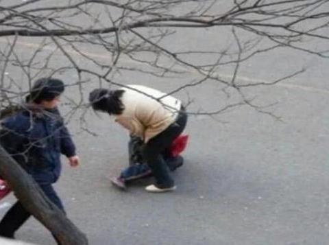 妈妈认出5年前被拐儿子,却狠心甩开他手,网友:做得好!