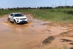 视频:泥地试驾发现神行,从来没有怀疑过路虎车的通过性