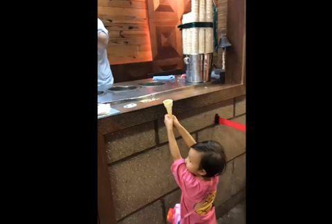 小女孩为吃到冰淇淋,化身自由女神像,网友:吃货的执念很深!