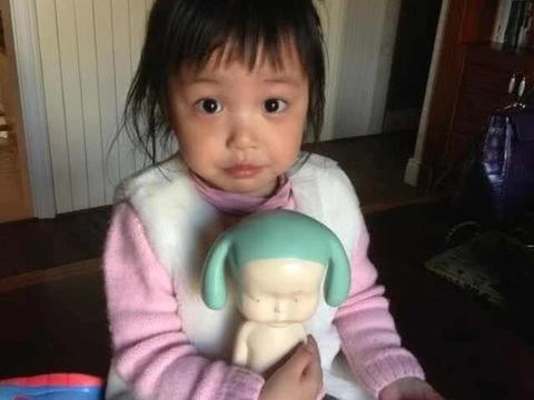 赵薇素颜携女儿现身,小四月已长开和爸爸简直就是复制黏贴