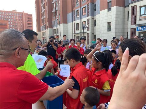 黑龙江省大庆市开展暑期社会实践活动 沿途捡垃圾