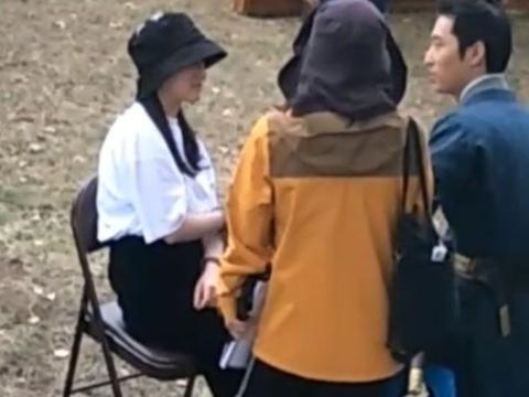 窦骁新剧正在拍摄,女友何超莲探班,粉丝:在拍《楚乔传》吗?