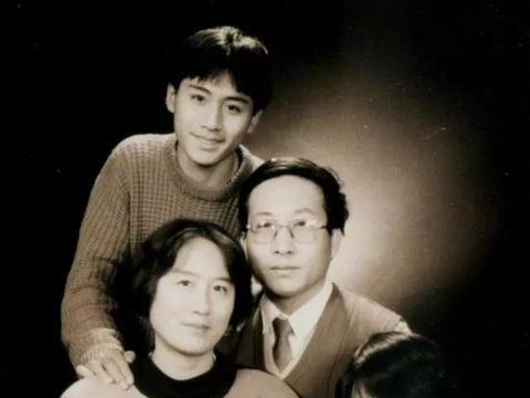 刘烨少时全家福引往事,瞒着爸爸考中戏,《蓝宇》让父母看的尴尬
