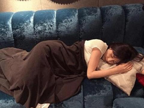 王子文晒出自己的豪宅,平时直接在沙发上睡觉,当演员太心酸了