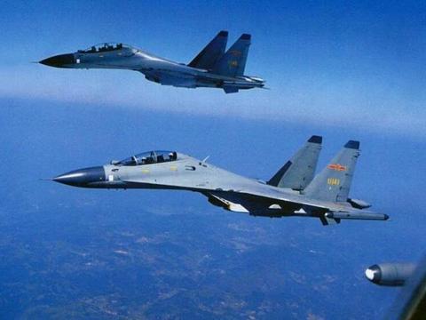 航母体积大速度慢,为什么导弹能击中飞机,却打不中航母?