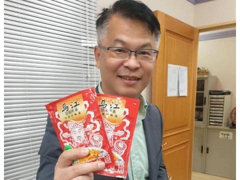 """台湾""""榨菜哥""""签收两箱榨菜,激动合影"""