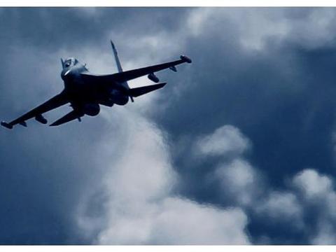 歼11遭4架外国军机锁定,果断亮出机翼下6枚导弹,美:险些闯大祸