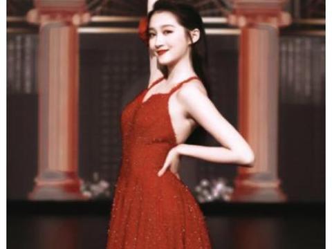 """关晓彤穿红色""""挂脖裙""""热舞,胳膊抬起的一瞬间"""