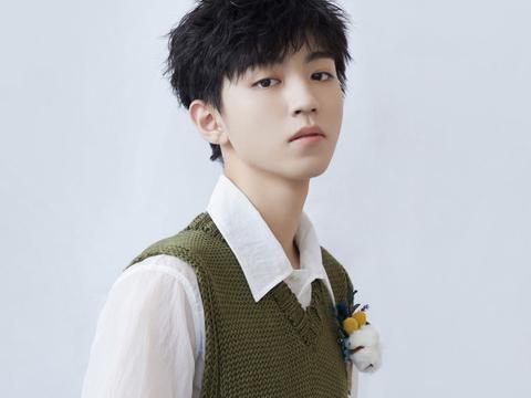 王俊凯重现童年造型,白内衬搭配牛油果绿背心,真是从小帅到大!