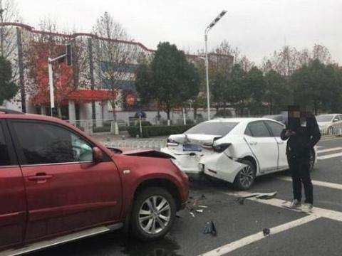 丰田卡罗拉遭遇奇瑞瑞虎追尾,日系表现能理解,国产车还不如宝骏