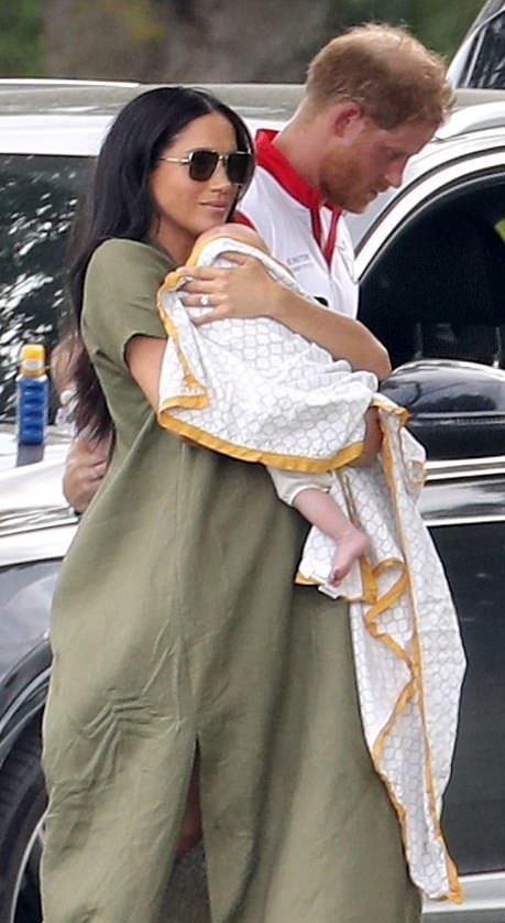 梅根穿衬衫抱娃一家三口法国度假!3个月阿奇王子皮肤白皙好萌呀