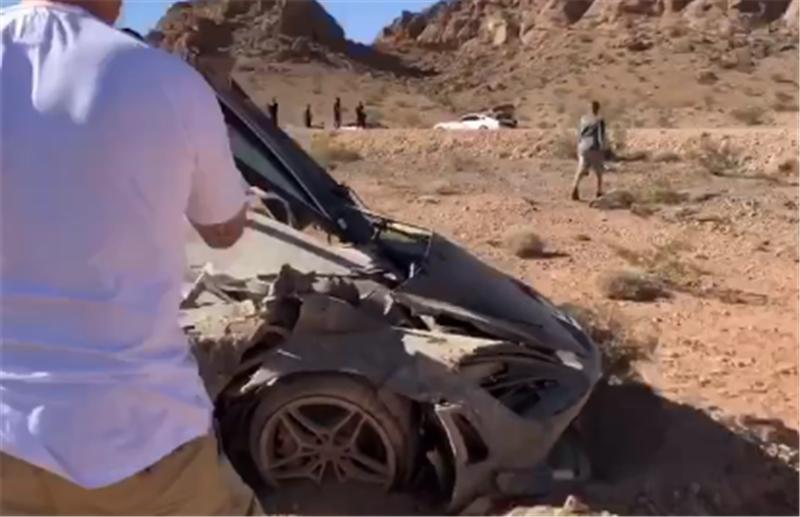 210万迈凯伦被遗弃在荒漠,3.4秒破百,全车报废,无人拆配件卖